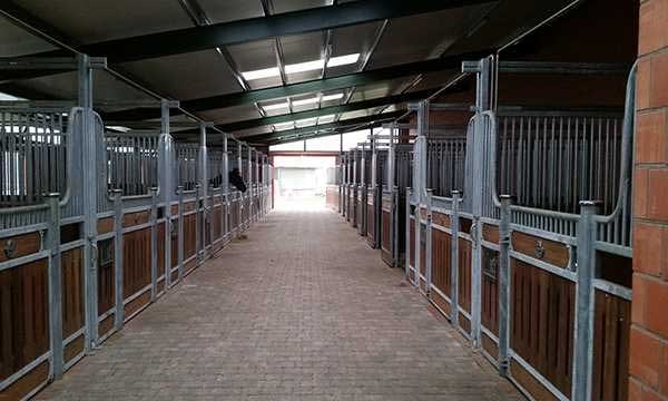 Pferdestall außen